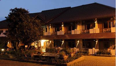 Hotel di Puncak = Via Renata Hotel